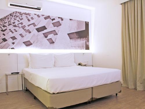 A bed or beds in a room at Ibis Styles Brasília Aeroporto