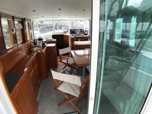 Restaurant ou autre lieu de restauration dans l'établissement Yacht Escapade II nuits à quai