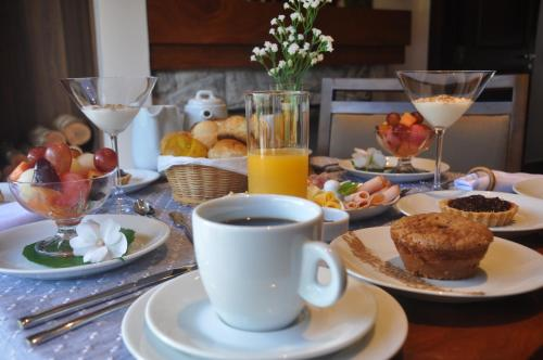Breakfast options available to guests at Pousada Déllis
