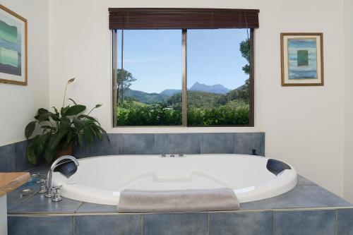 A bathroom at Hillcrest Mountain View Retreat