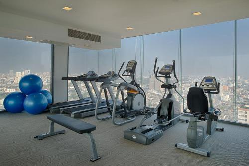 The fitness centre and/or fitness facilities at Mercure Bangkok Siam