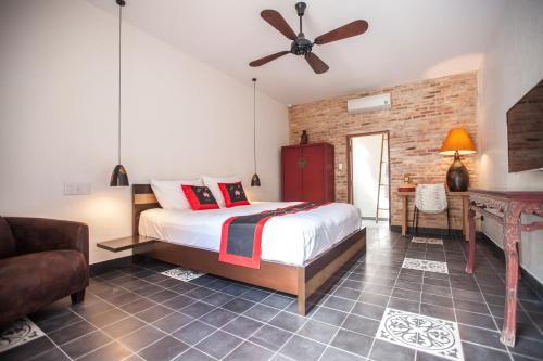 A bed or beds in a room at La Casita Saigon