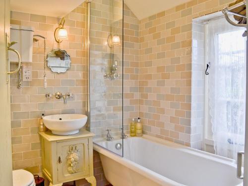 A bathroom at Kennelmans Cottage
