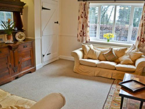 A seating area at Heather Cottage
