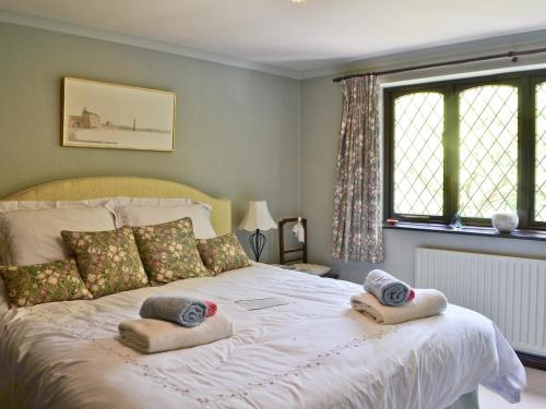 A bed or beds in a room at Lavender Cottage