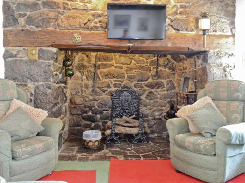 A television and/or entertainment centre at Old Dolphin Cottage