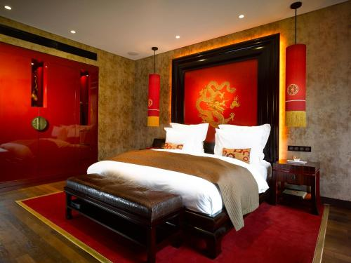 A bed or beds in a room at Buddha-Bar Hotel Prague