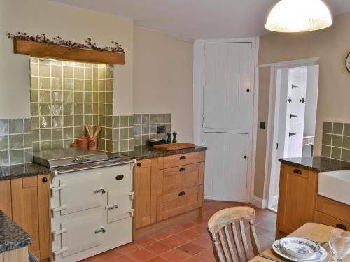 A kitchen or kitchenette at Pippin Cottage