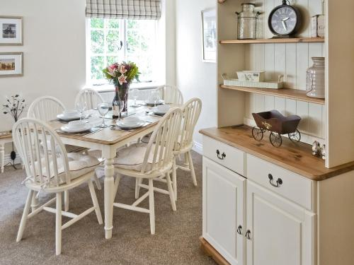 A kitchen or kitchenette at Tennay Cottage