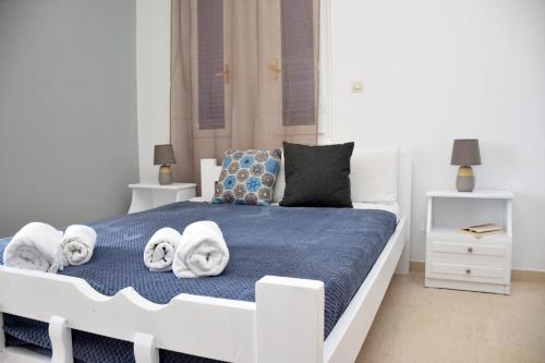 A bed or beds in a room at Ammos Apartments