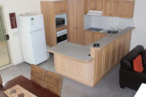 A kitchen or kitchenette at Golden Rivers Holiday Apartments