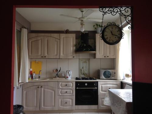 Кухня или мини-кухня в Apartment on Prospekt Engelsa