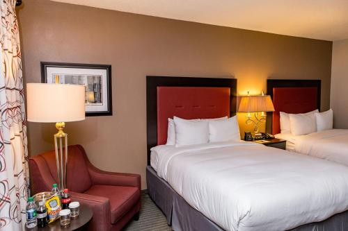A bed or beds in a room at DoubleTree by Hilton Hotel Raleigh - Brownstone - University