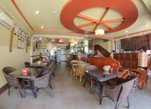 Un restaurante o sitio para comer en Golden Noura Villa-Pub & Restaurant