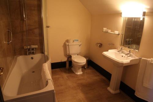 A bathroom at Knockninny Country House & Marina