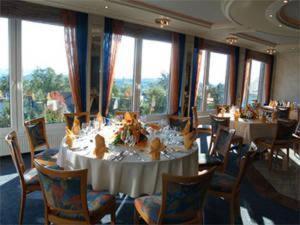 Ein Restaurant oder anderes Speiselokal in der Unterkunft Hotel Im Hagen