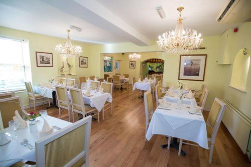 A restaurant or other place to eat at The Peacock Townhouse Hotel Kenilworth - Warwick