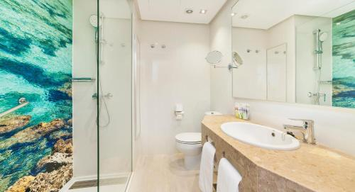 Ein Badezimmer in der Unterkunft Globales Santa Ponsa Park