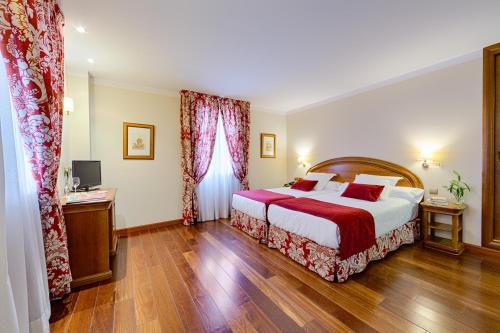 A bed or beds in a room at Hotel Spa Convento Las Claras