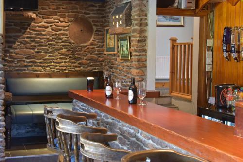 Ein Restaurant oder anderes Speiselokal in der Unterkunft An Bothar Pub
