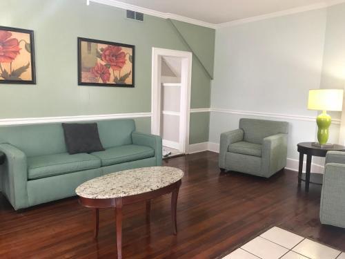 A seating area at Mallard Apartments