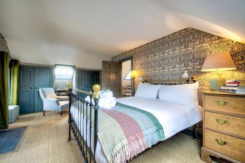 A bed or beds in a room at ALTIDO Rock House: Historic Gem - Heart of the City