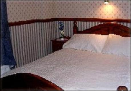 A bed or beds in a room at Dover's Restover Bed & Breakfast