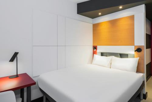 Een bed of bedden in een kamer bij ibis budget Blankenberge