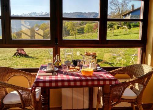 Un restaurante o sitio para comer en La Casona de Torió