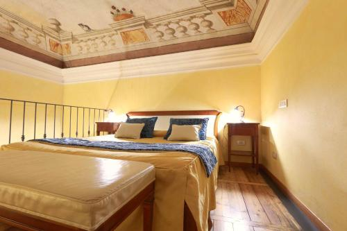 A bed or beds in a room at Locanda Il Maestrale