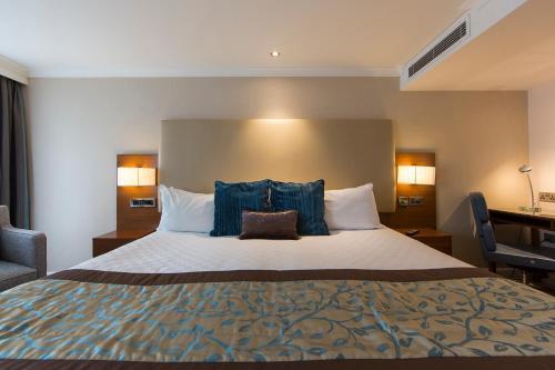 Łóżko lub łóżka w pokoju w obiekcie Thistle Trafalgar, Leicester Square