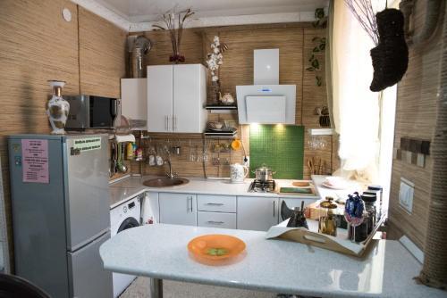 Кухня или мини-кухня в Akropol Apartments