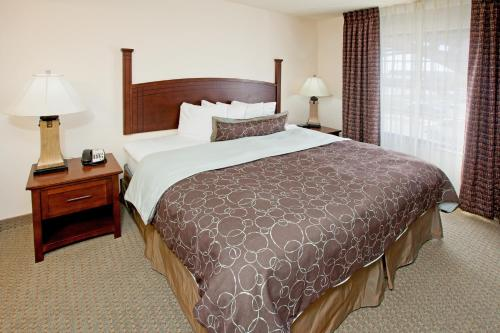 A bed or beds in a room at Staybridge Suites Indianapolis Downtown-Convention Center