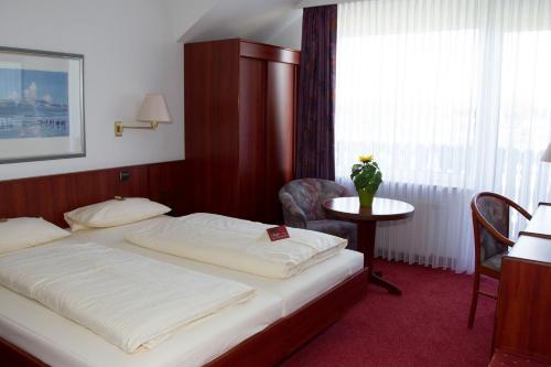 Ein Bett oder Betten in einem Zimmer der Unterkunft Hotel Seeblick garni