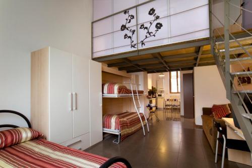 Letto o letti a castello in una camera di City Residence Milano
