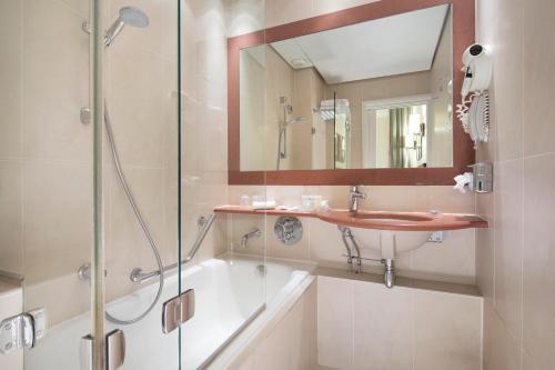 Een badkamer bij Hôtel Paris Louvre Opéra