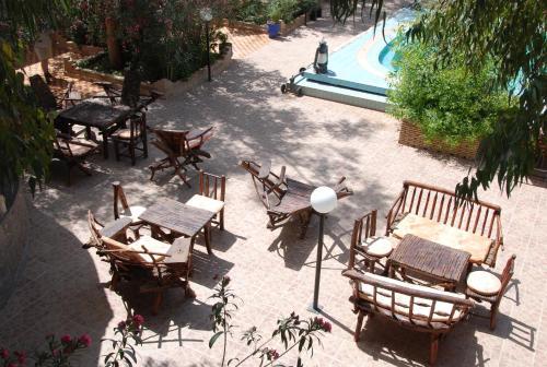 Un restaurante o sitio para comer en Auberge De Charme Les Dunes D´Or