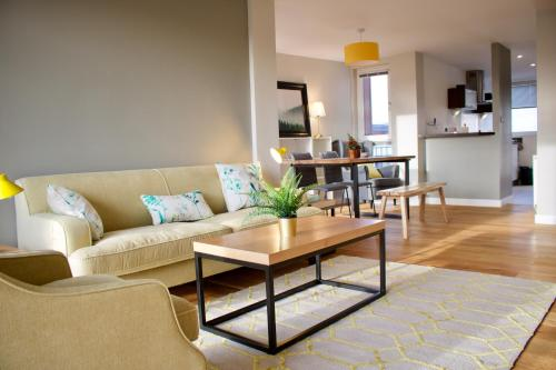2 Bedroom Apartment with Free Parking Sleeps 4