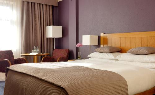 A bed or beds in a room at Kilkenny Ormonde Hotel