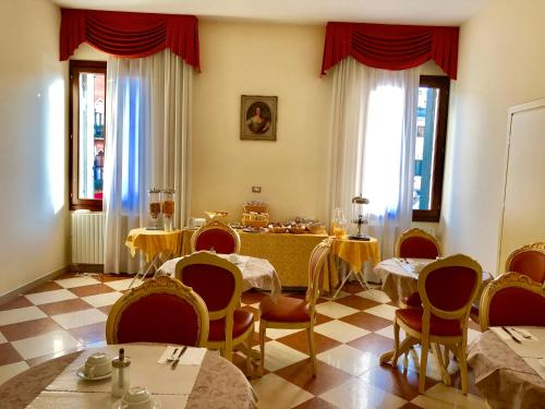 A restaurant or other place to eat at Hotel Marte