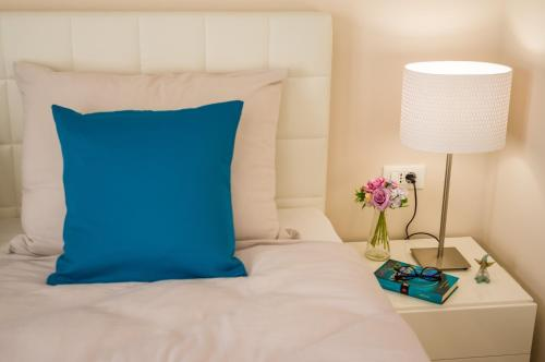 A bed or beds in a room at Luxury Apartment GOLDY