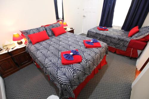 A bed or beds in a room at Jacaranda Guest House