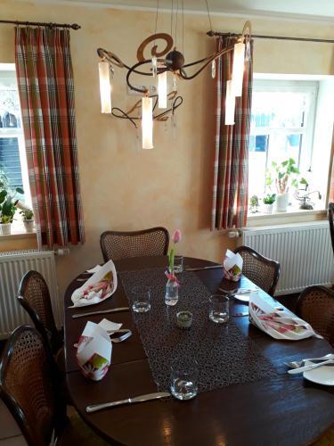 Ein Restaurant oder anderes Speiselokal in der Unterkunft Antikhotel Steinbacher Hof