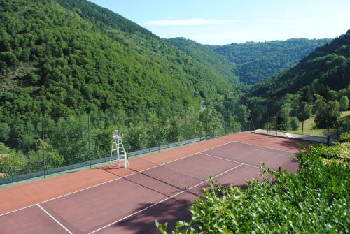 Tennis and/or squash facilities at Gîtes de Thouy or nearby