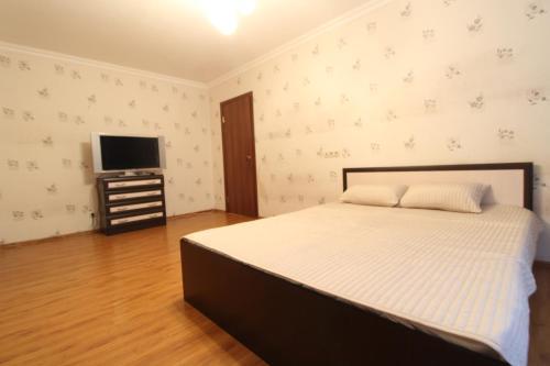 Кровать или кровати в номере Apartment on Dorozhnaya