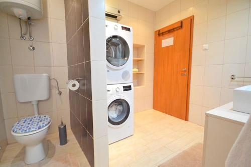 A bathroom at Villa Giardin