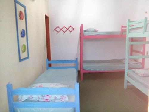 A bunk bed or bunk beds in a room at Hostel Taiba Albergue