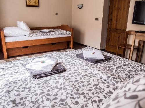 A bed or beds in a room at Szederkényi Apartman