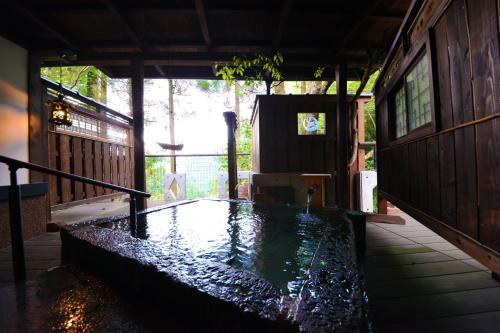 天水氧日式旅館游泳池或附近泳池