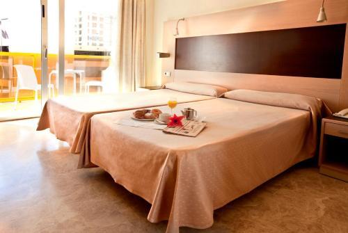 Een bed of bedden in een kamer bij Dynastic